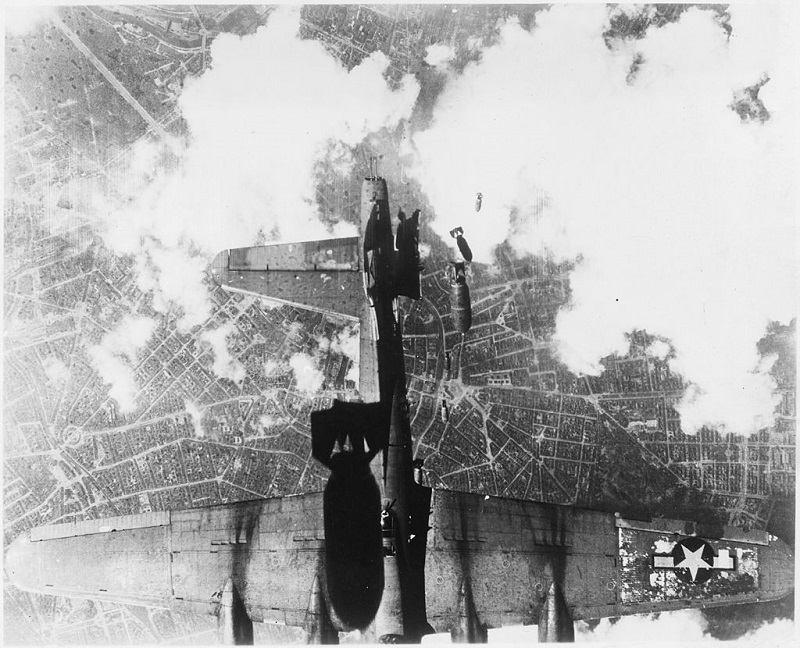 United_States_bombing_raid_over_a_German_city_-_NARA_-_197269.jpg